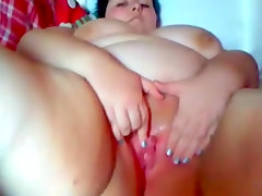 Fat amateur is stretching her nice puss