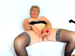 Mature woman in stockings plows her..